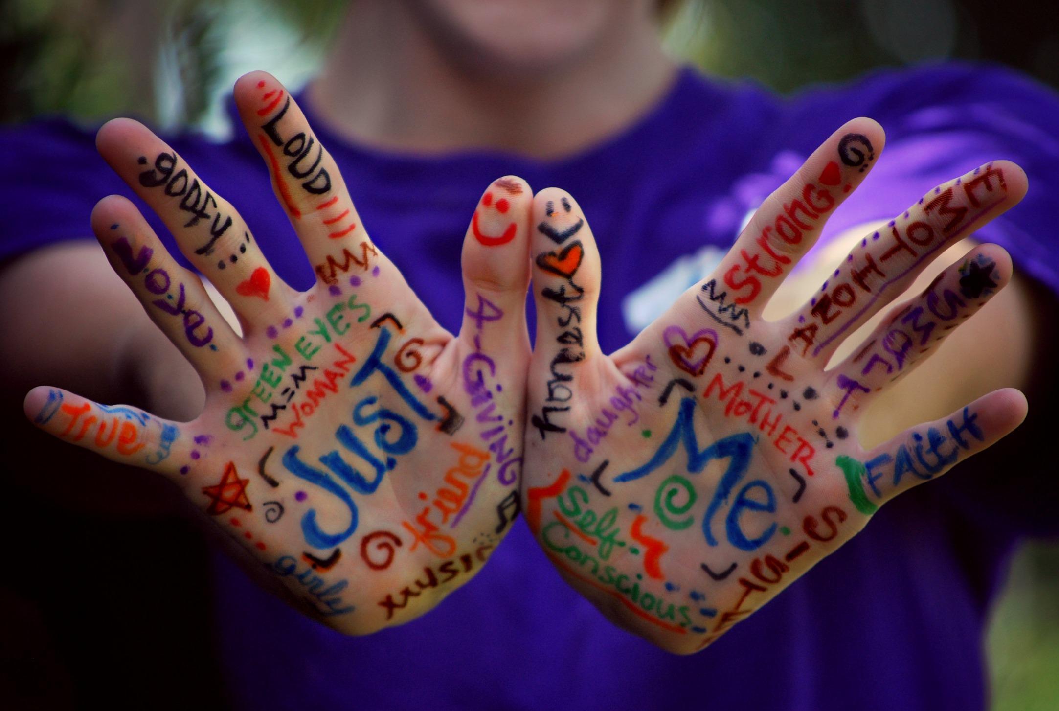 Chico con las manos pintadas