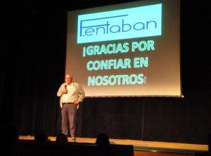 Fernando en presentación de creando redes